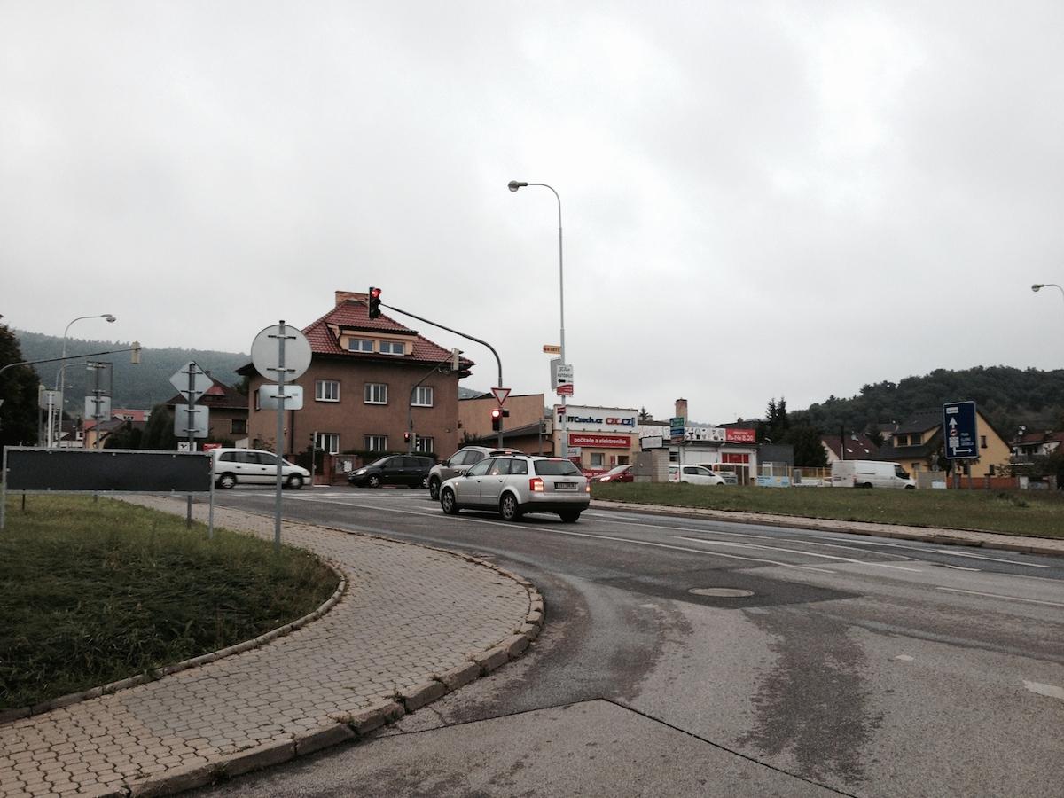 Řidič dobržďující u semaforu