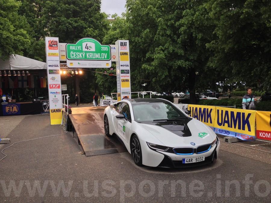 BMW i8 v cíli New Energies Rallye Český Krumlov