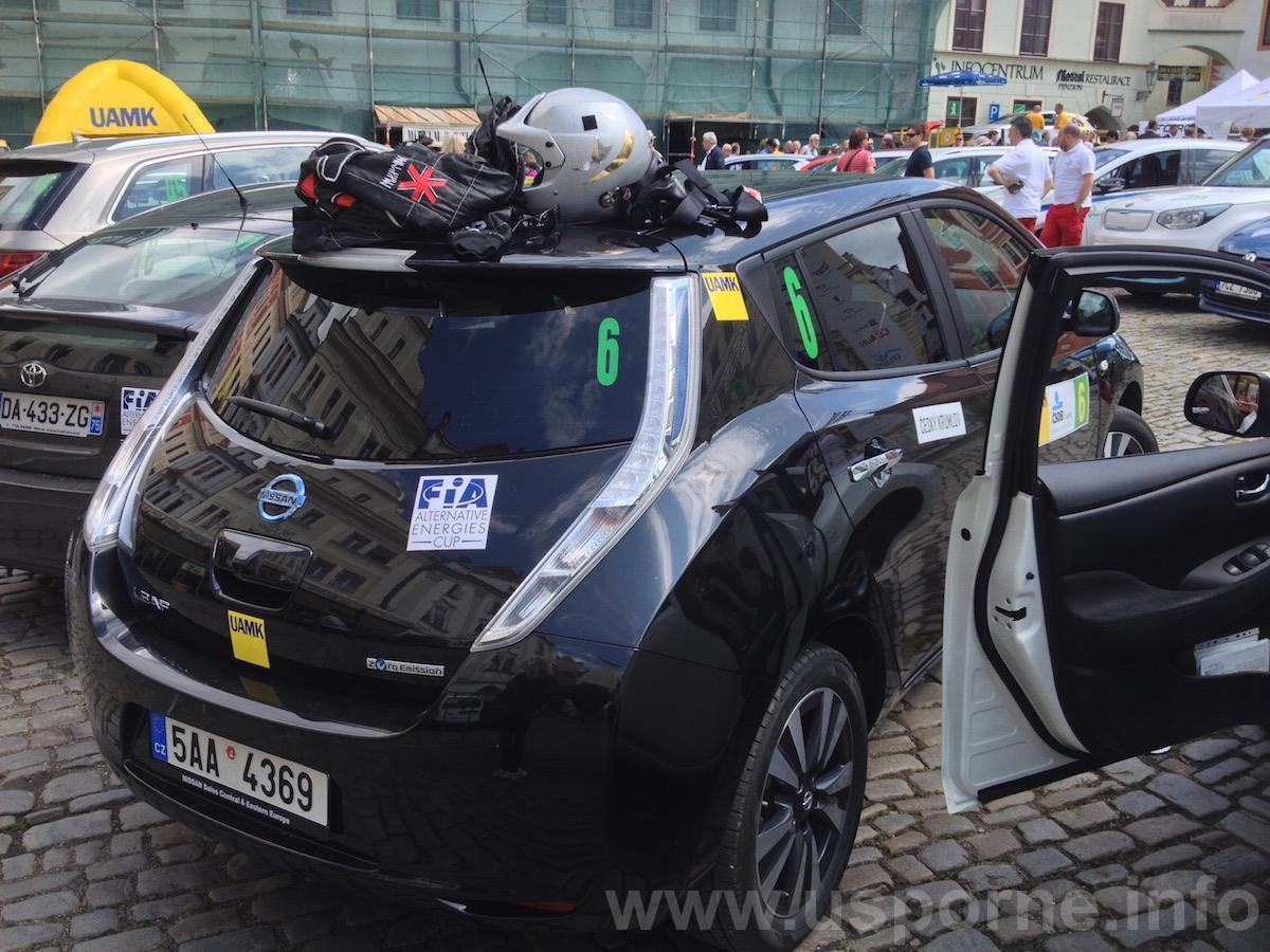 Nissan Leaf, na střeše má kombinézu Olga Lounová