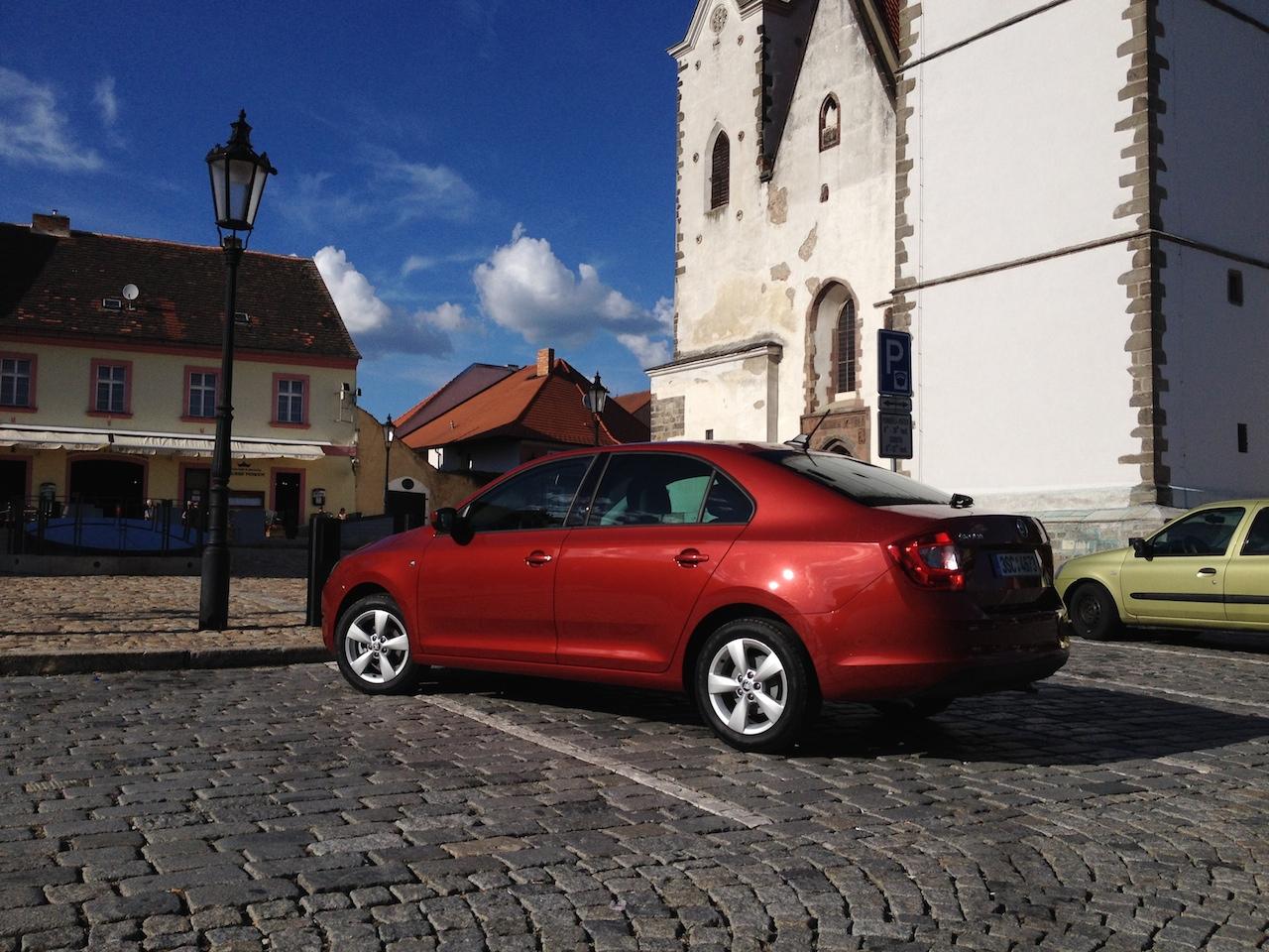 Škoda Rapid 1,2 TSI GreenTec - fotka zezadu pod věží v Písku, tedy na Bakalářích