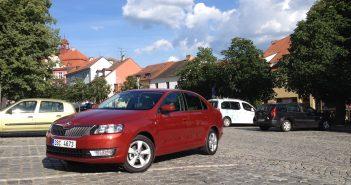 Škoda Rapid 1,2 TSI GreenTec - fotka zepředu u věže v Písku