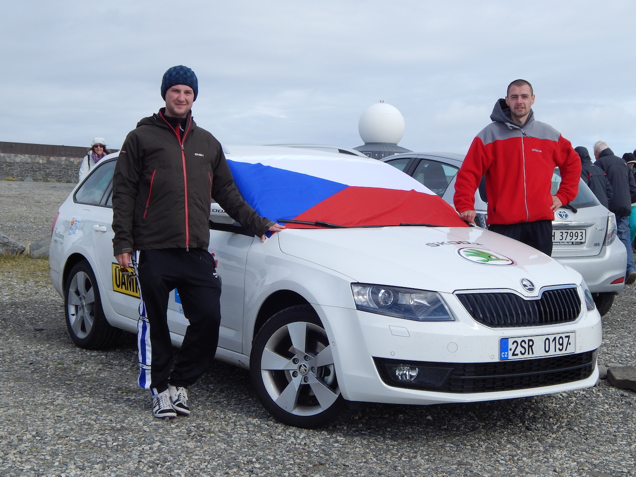 Nordkapp 2013 - posádka u auta