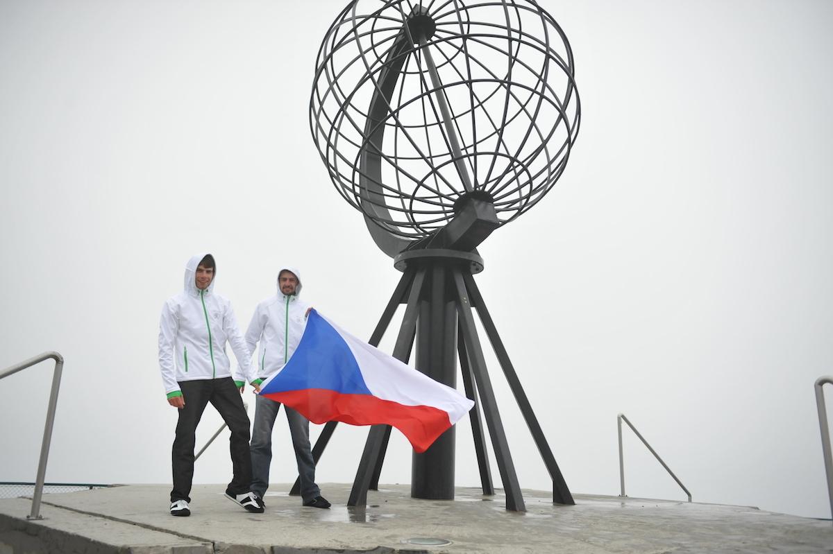 007-s-vlajkou-u-globu
