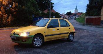 Žlutý elektromobil Peugeot 106 Elecrtic