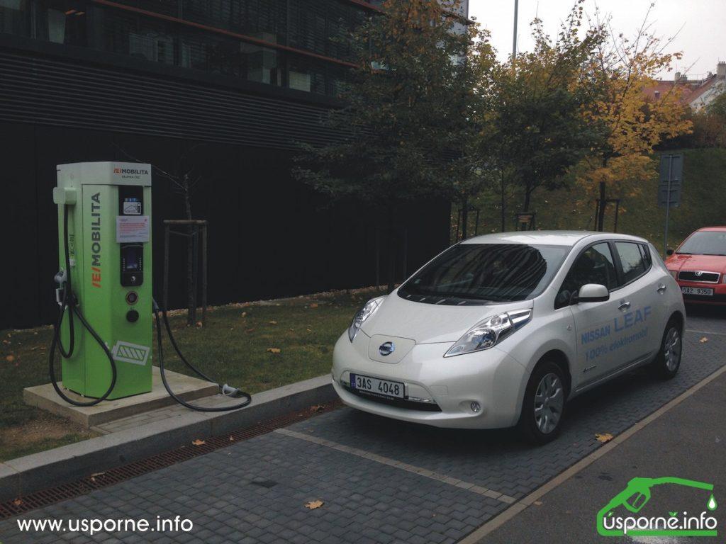 Nissan Leaf u rychlodobíjecí stanice