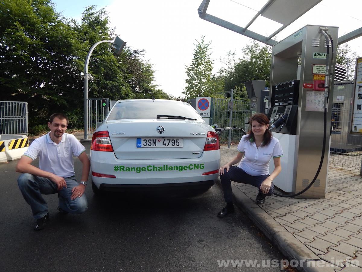 Praha - posádka Marek Tomíšek a Radka Tomíšková u auta na startu