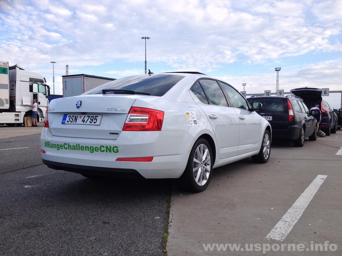 Škoda Octavia G-Tec v Rostocku před trajektem