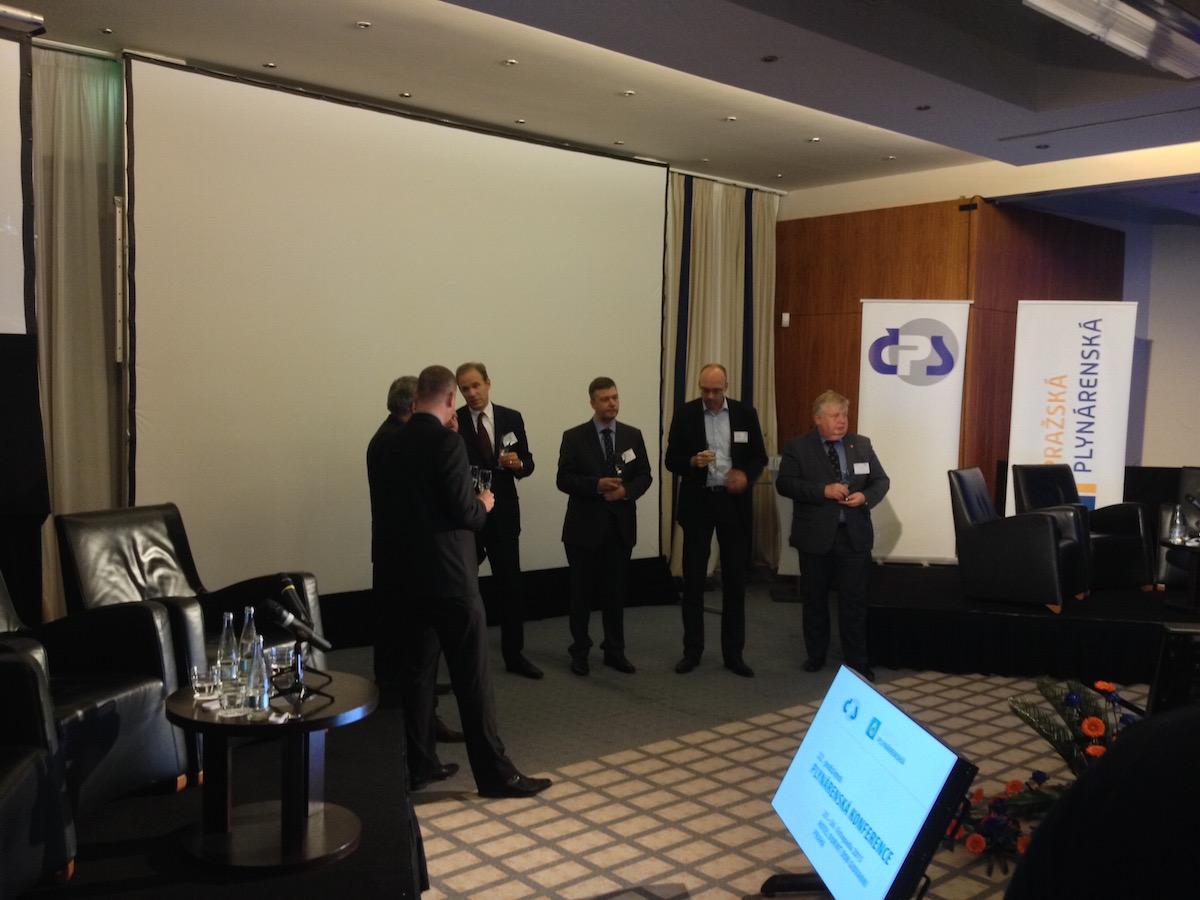 Účastníci panelové diskuse připíjejí na překročení 100 plnicích stanic CNG