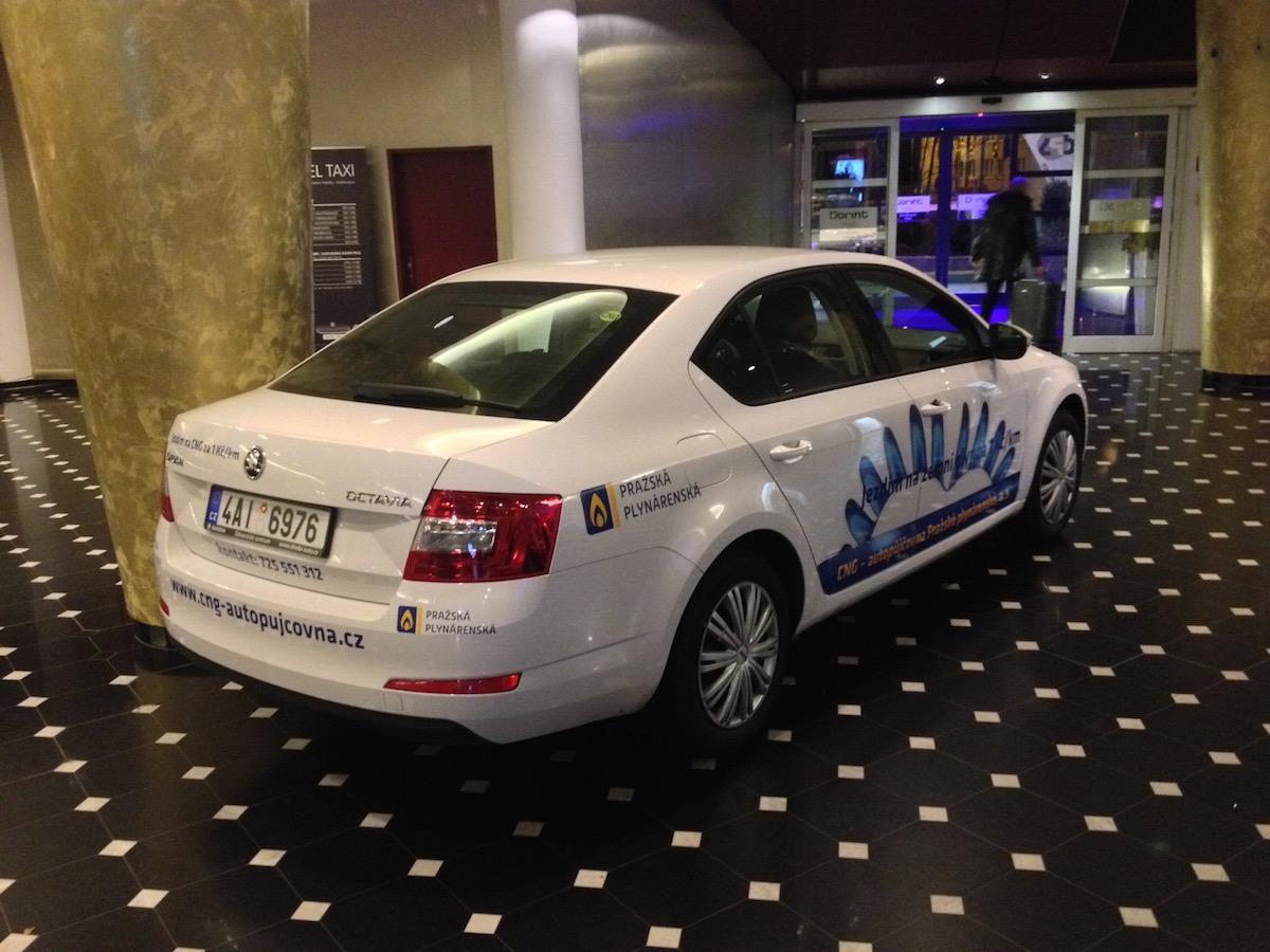Škoda Octavia G-TEC ve vestibulu hotelu Don Giovani