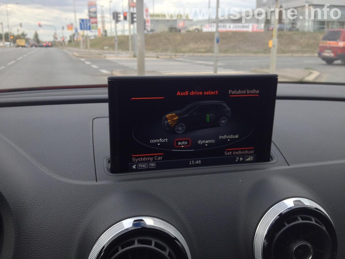 Displej v Audi A3 e-tron ukazuje, že teď běží spalovací motor