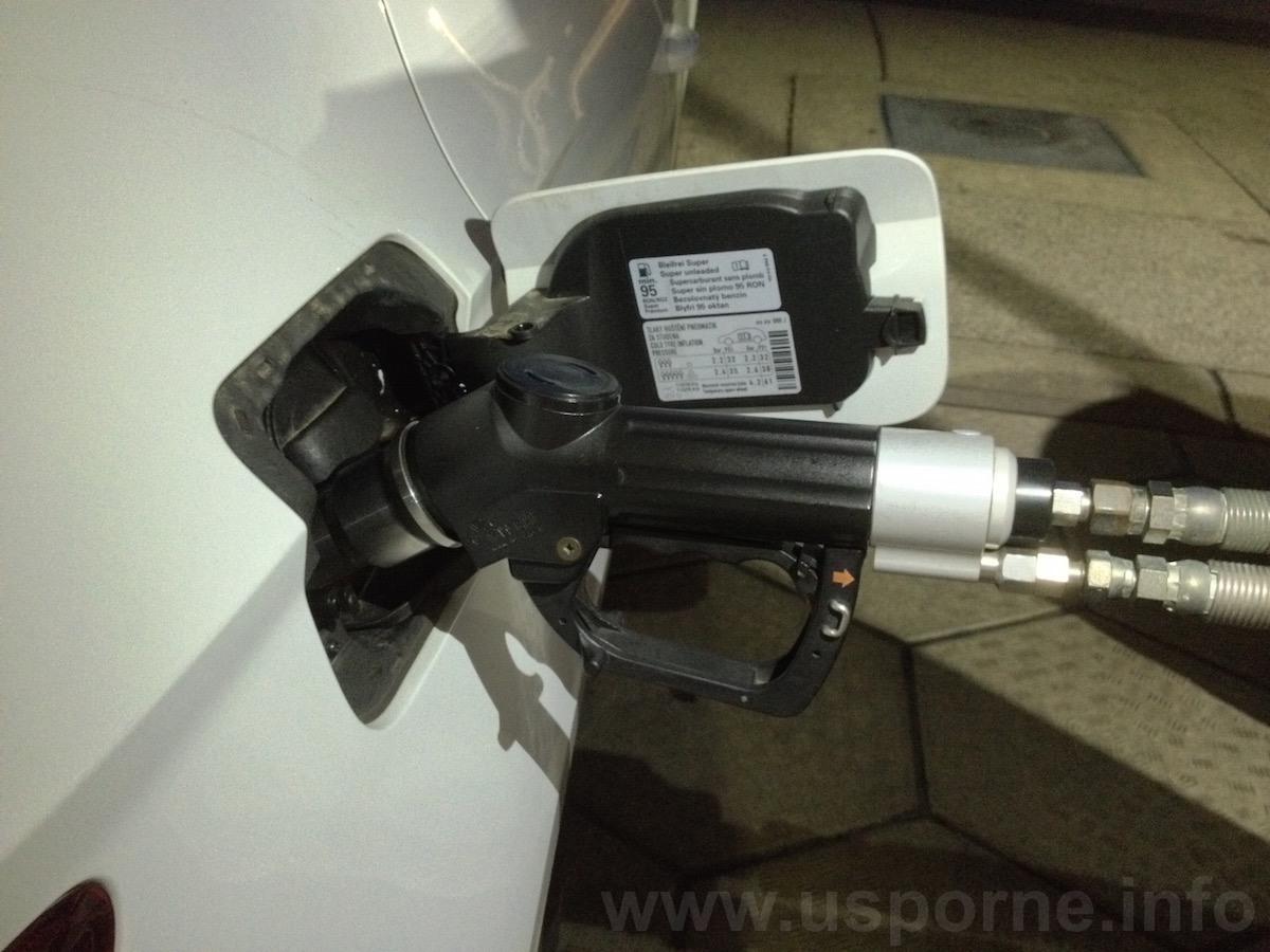 Seat Leon 1,4 TGI má plnicí ventil pod víčkem vedle hrdla benzínové nádrže