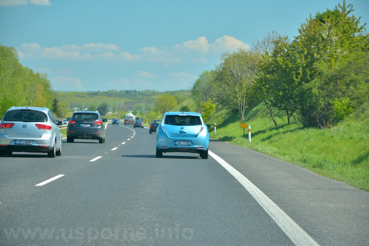 Nissan Leaf na dálnici při 24 hodinovce