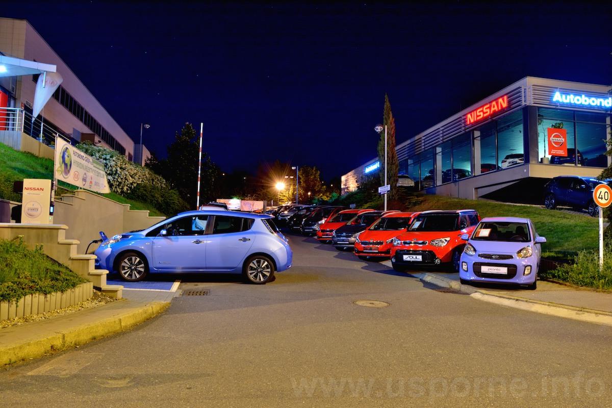 Nissan Leaf při dobíjení během 24 hodinovky v noci