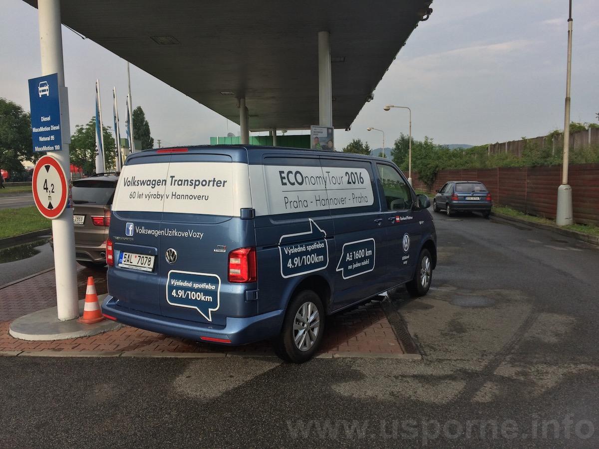 Volkswagen Transporter při tankování před jizdou