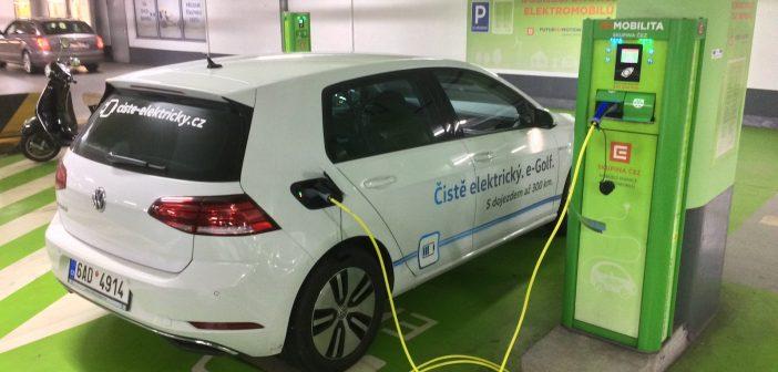 Volkswagen e-Golf (100 kW) - na rozdíl od aut na CNG můze do podzemních garáží