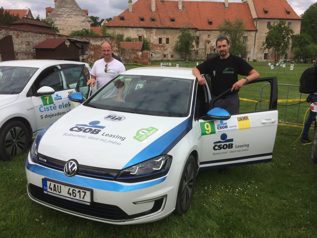 Posádka #EcoRallyTeamCZ u VW Golf ČSOB Leasing