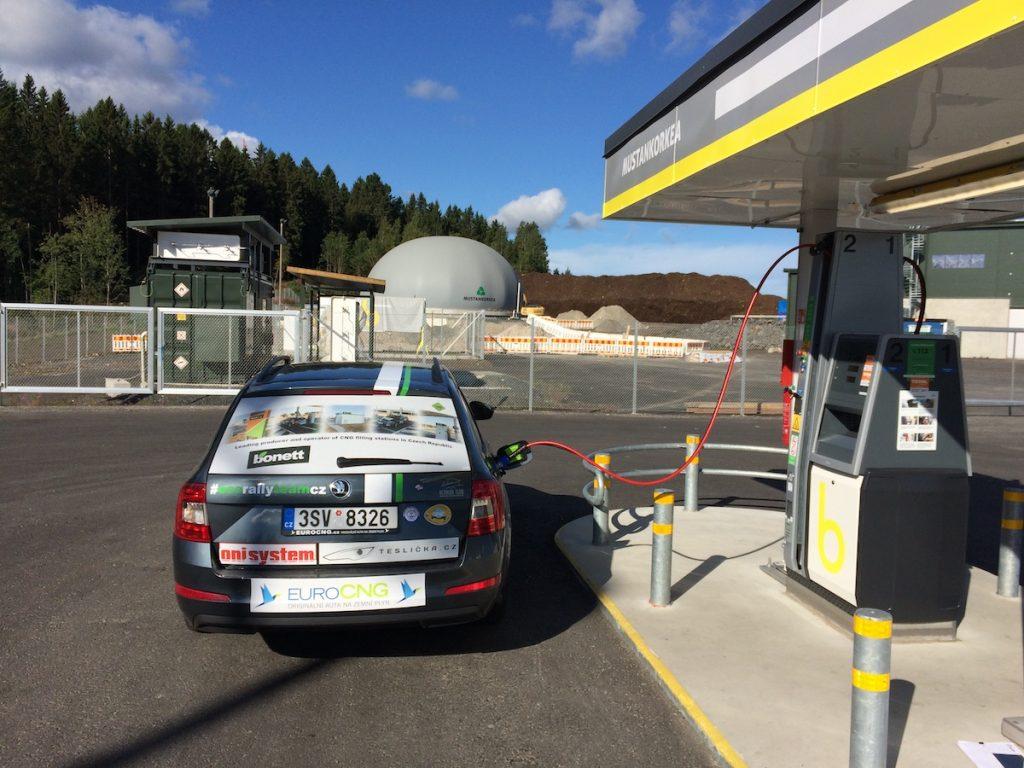 Tankování bioplynu před startem EcoRun 1000 jezer