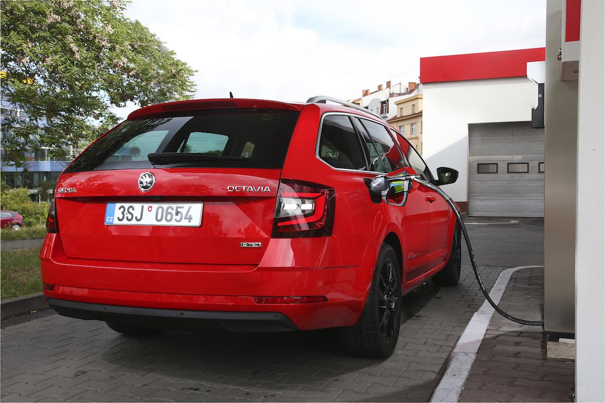Škoda Octavia G-TEC červená - CNG stanice