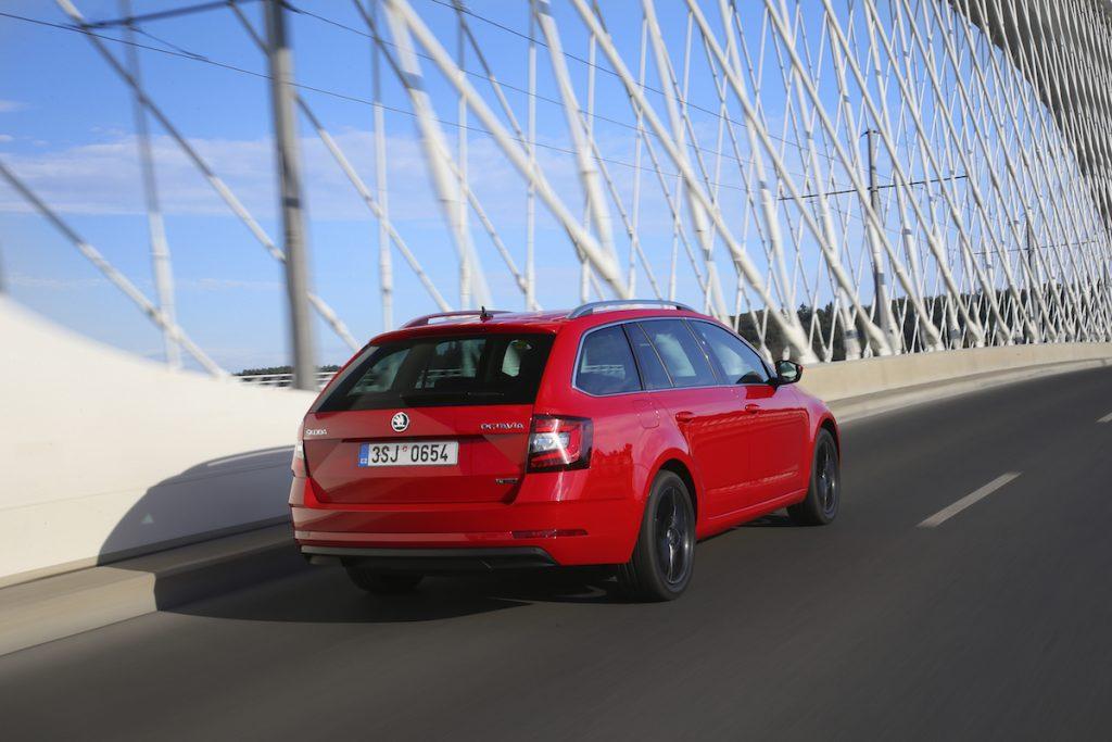 Škoda Octavia G-TEC červená - Trojský most
