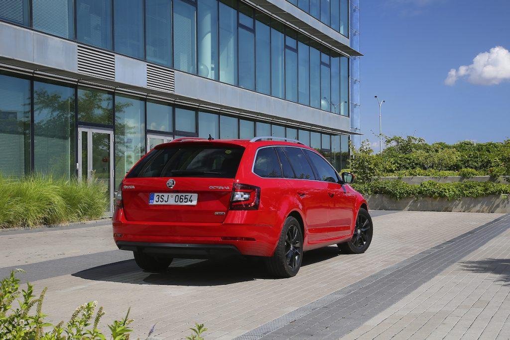 Škoda Octavia G-TEC červená - zezadu
