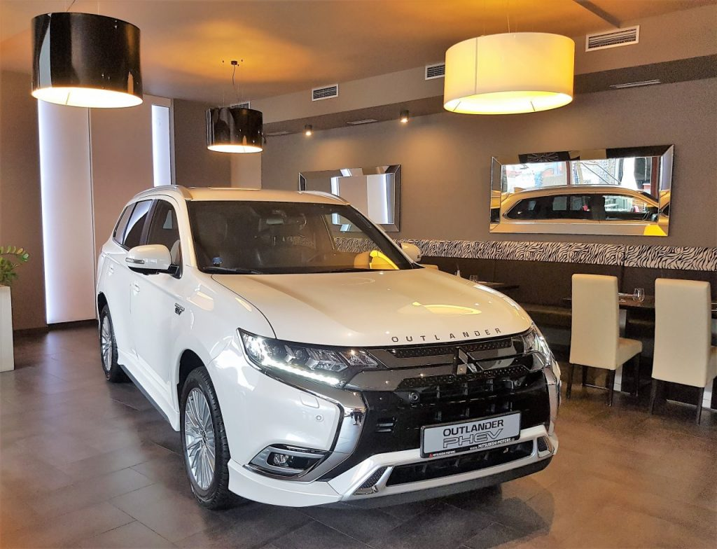 Mitsubishi Outlander PHEV - bílý zepředu
