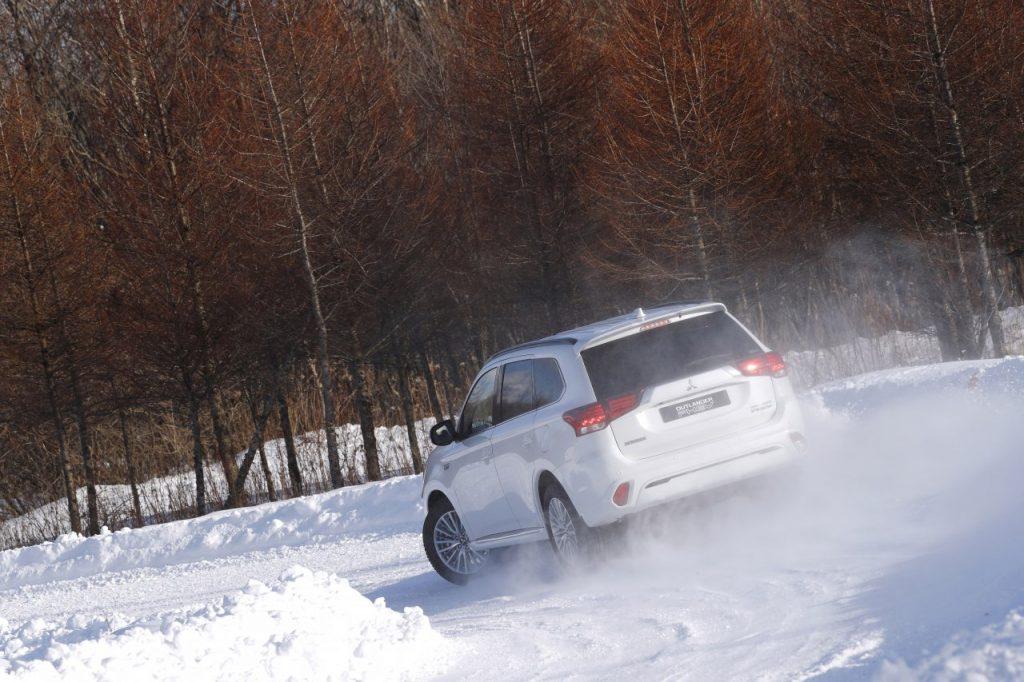 Mitsubishi Outlander PHEV - bílý zezadu