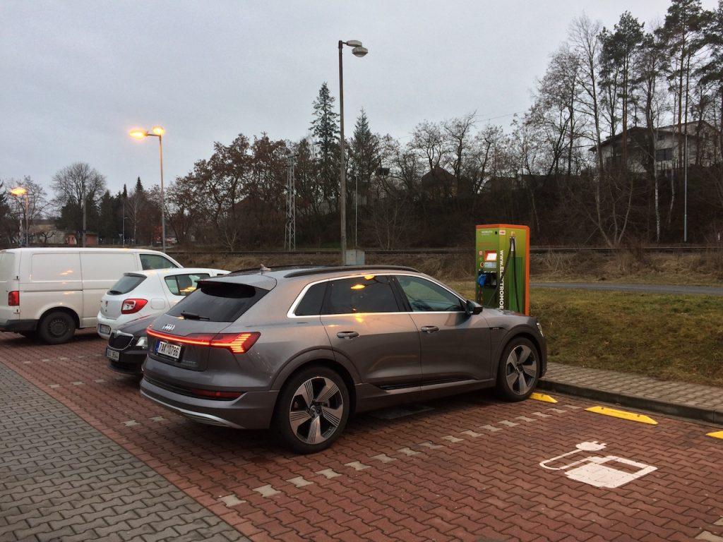 Audi e-tron 55 quattro - rychlodobíjecí stanice Písek 50 kW