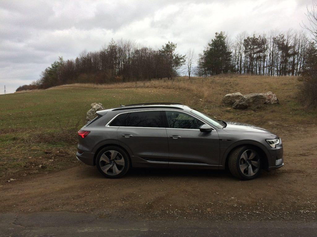 Audi e-tron 55 quattro - z boku