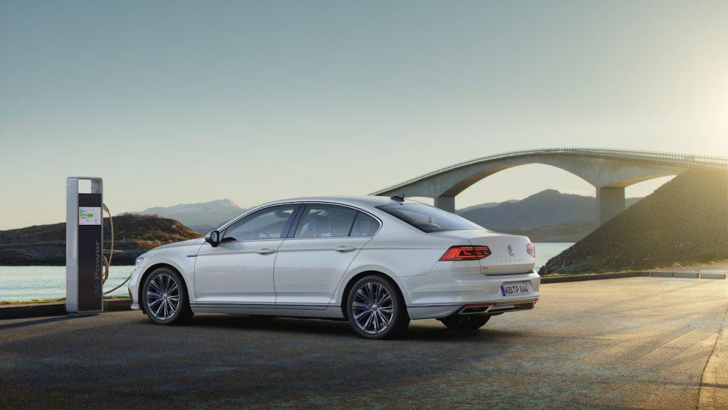 Nový Volkswagen Passat GTE - z boku