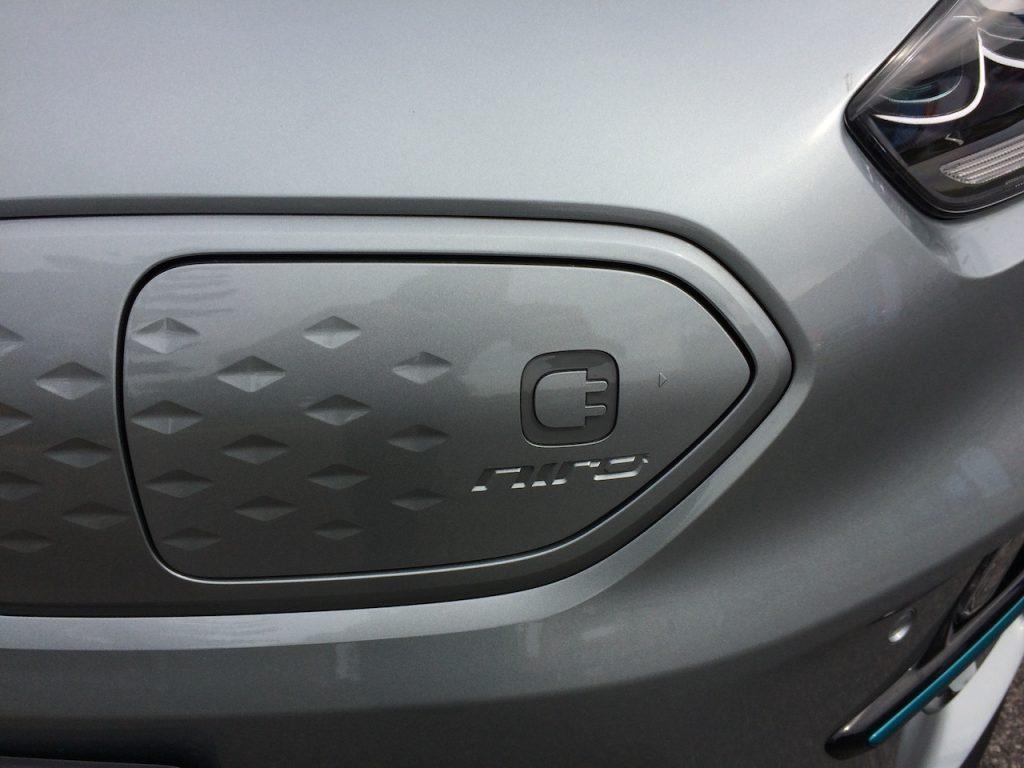 Elektromobil Kia e-Niro - víčko konektoru nabijení