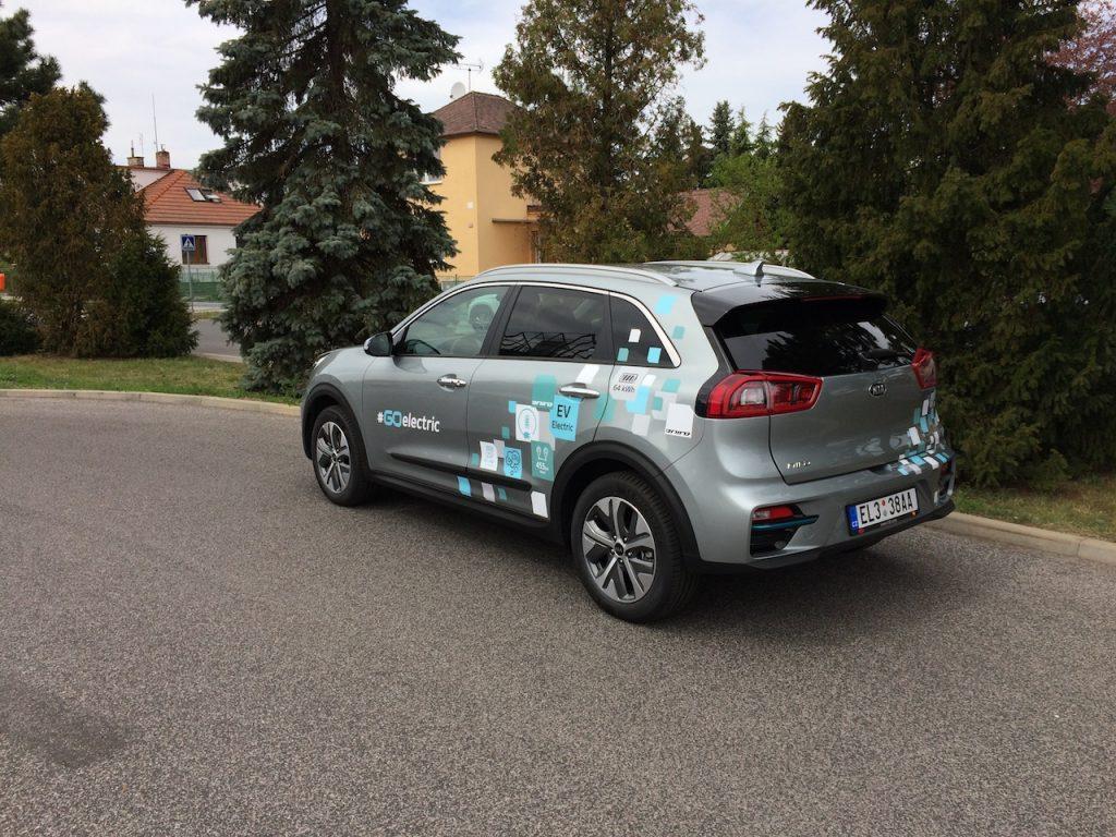 Elektromobil Kia e-Niro - zezadu/z boku