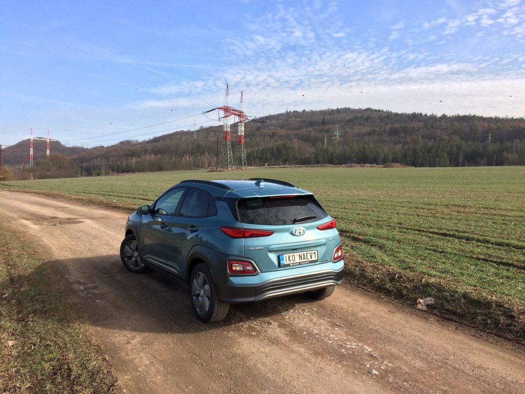 Elektromobil Hyundai - Kona zazadu na nezpevněné cestě