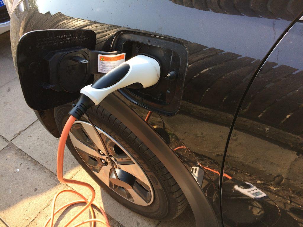 Kia Niro PHEV (plug-in hybrid) - konektor nabíjení Mennekes v blatníku
