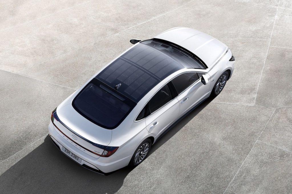 Hyundai Sonata Hybrid - zvrchu - solární panel