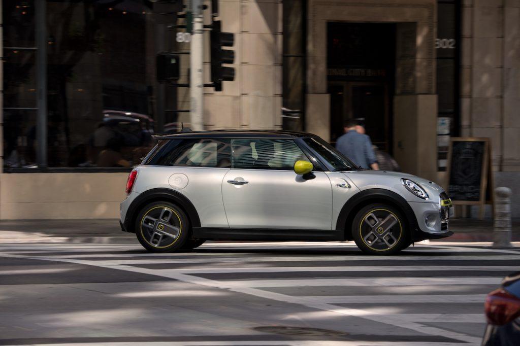 Mini Cooper SE - z boku