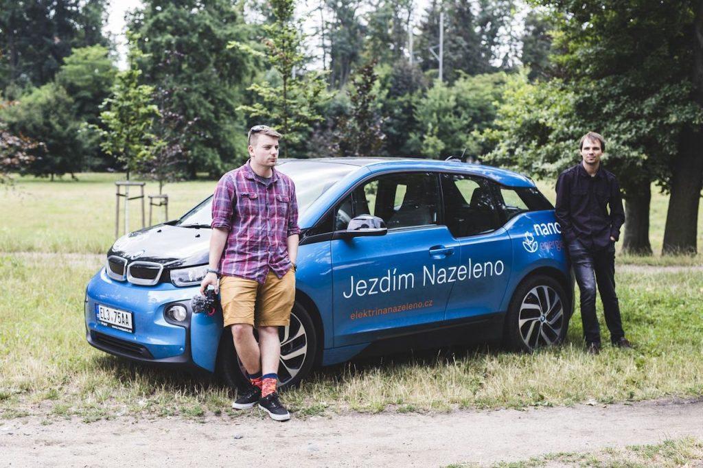 Zelenáči Jíja a Tomáš u BMW i3