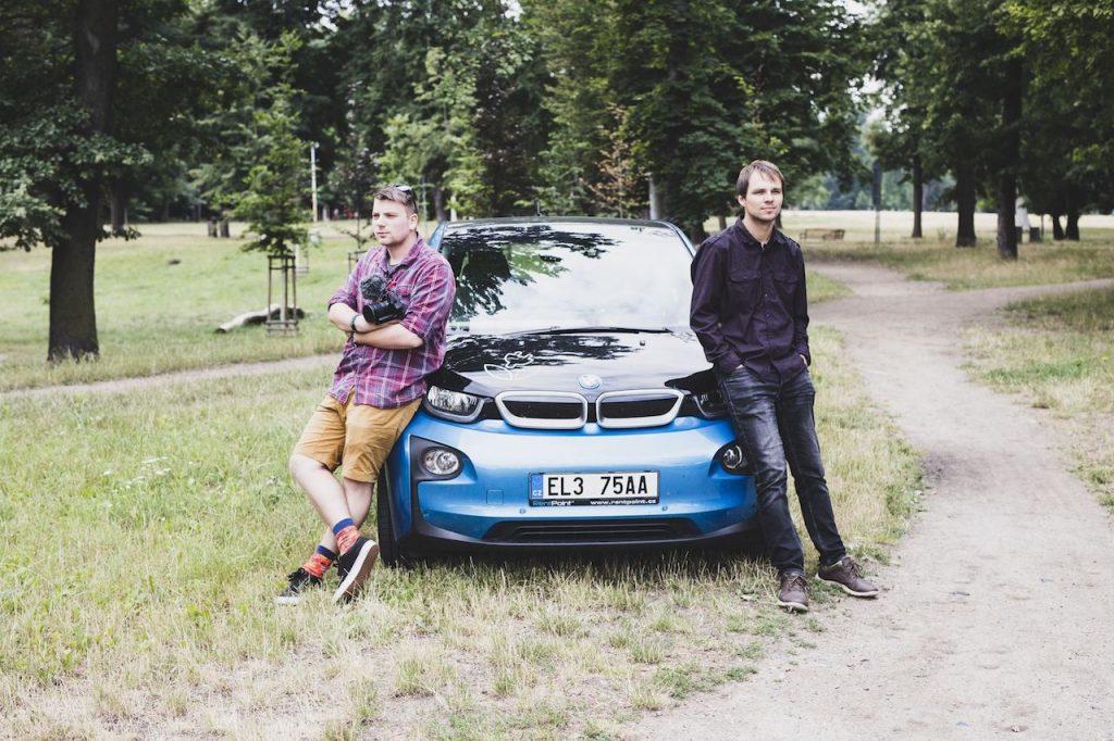 Zelenáči Tomáš a Jíja u BMW i3