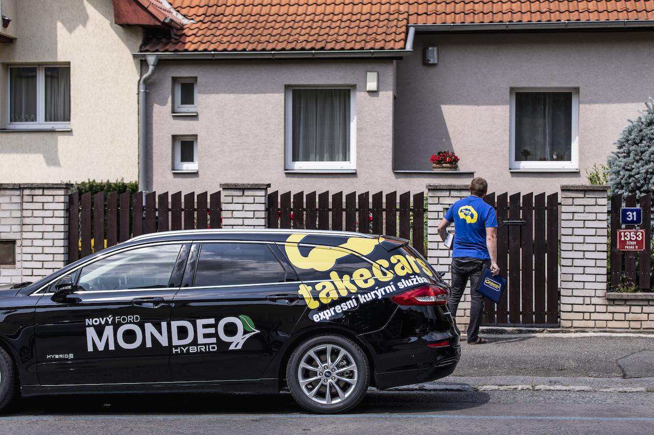 Ford Mondeo HEV (hybrid) a kurýr firmy Takecars