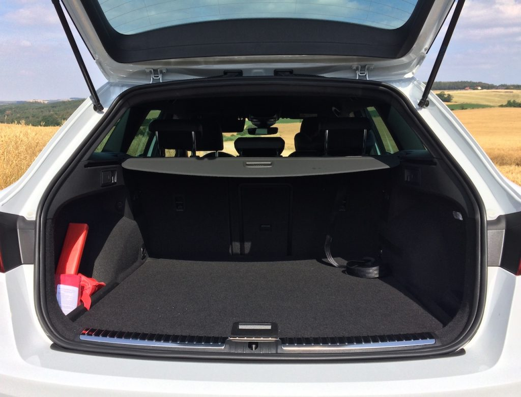 SEAT Leon ST 1,5 TGI Evo FR - zavazadlový prostor pod kterým jsou nádrže na CNG