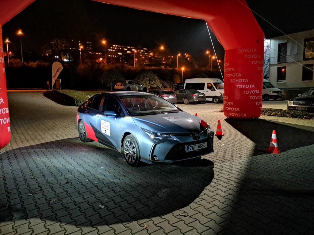 24h Toyota Eco Race - Toyota Corola Hybrid zepředu - #EcoRallyTeamCZ