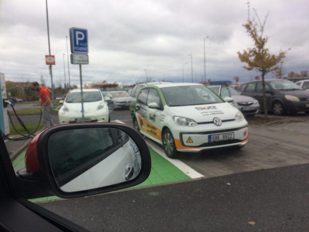 E-Challenge 2019 #EcoRallyTeamCZ - druhé nabíjení - Ostrava - stridani s Volkswagen e-Up