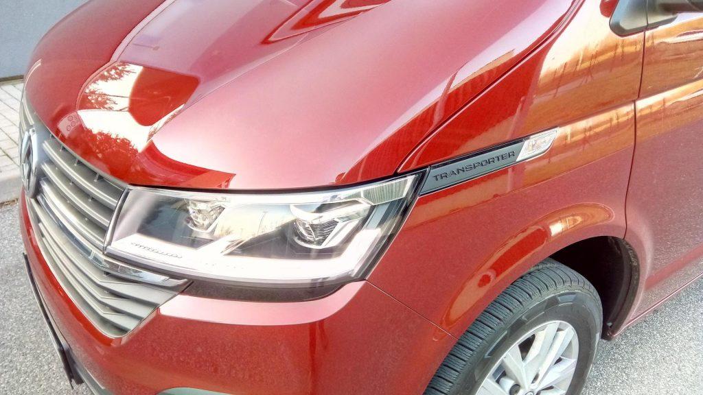 Volkswagen T6.1 Transporter - název u světla