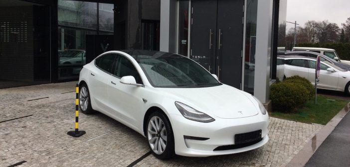Tesla Model 3 - před Tesla Praha