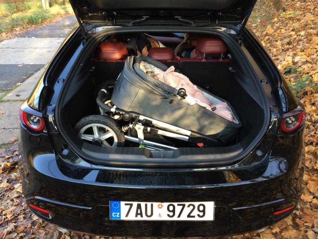 Mazda 3 Skyactiv X - kočárek v kufru