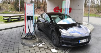 Tesla Model 3 na stanici E.ON, Foto: Jiří Korec