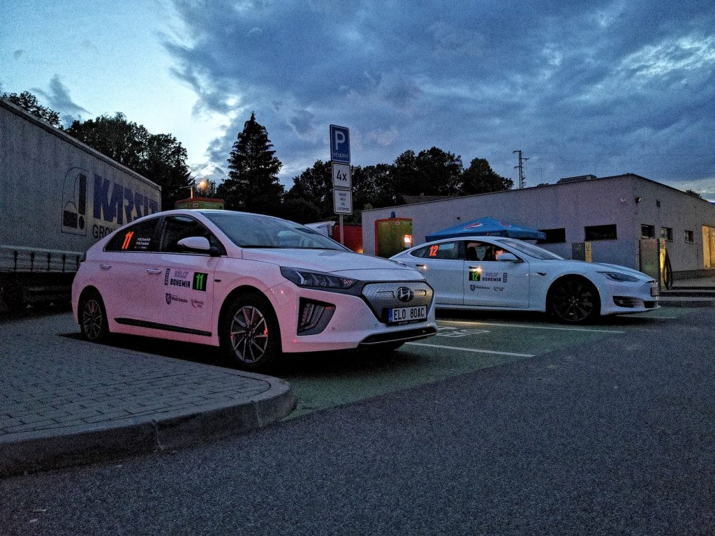 Hyundai Ioniq a Tesla Model S na Eco Energy Rally Bohemia 2020