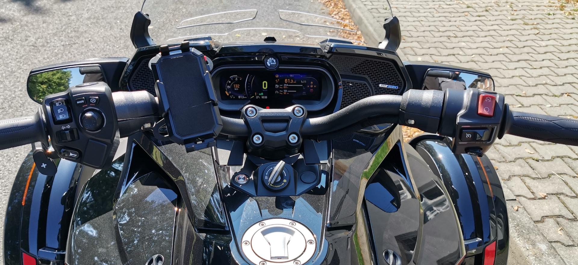 Cam-Am Spyder F3-LTD ACE 1330, pohled řidiče