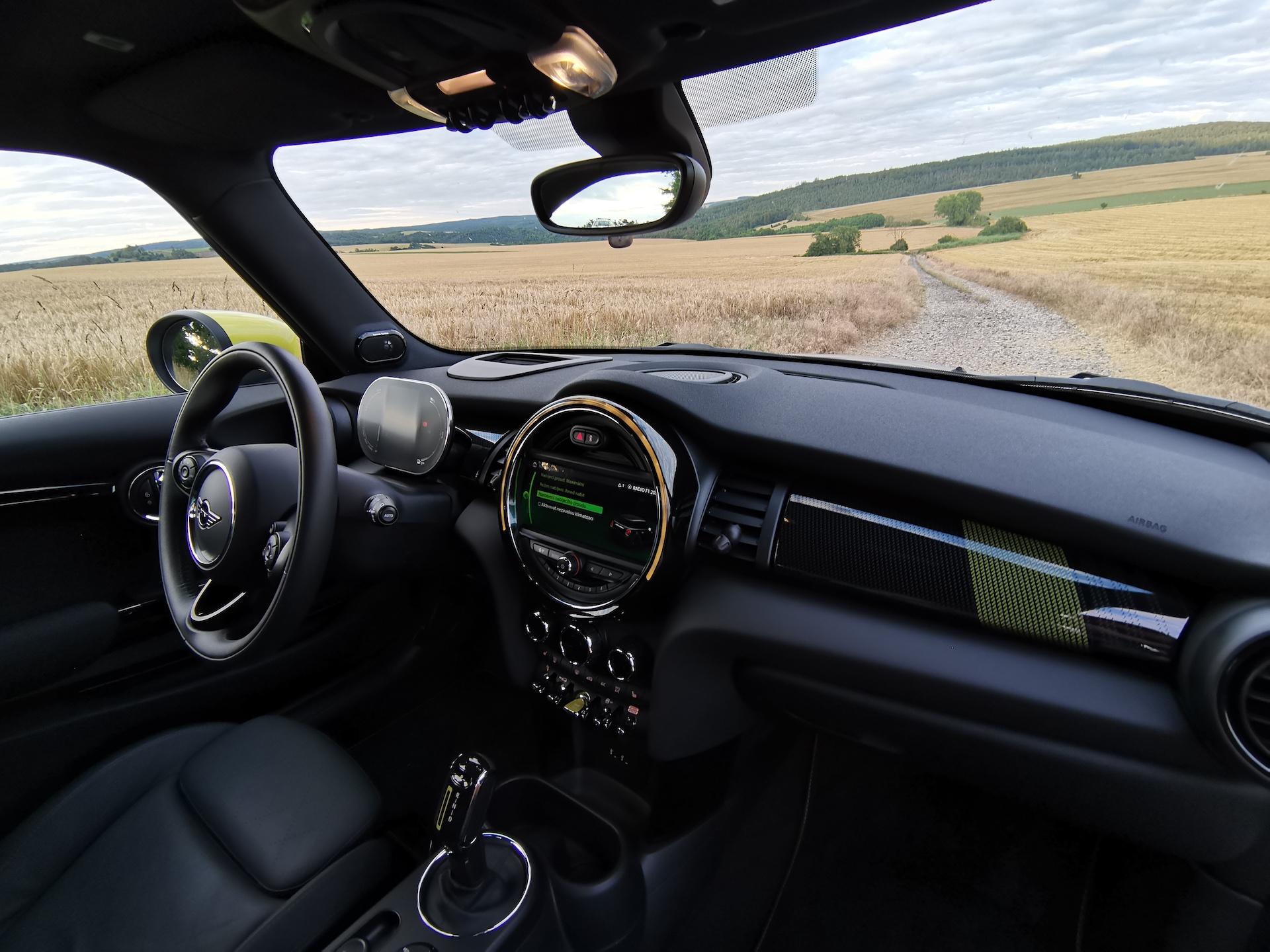 Mini Cooper S E - interiér