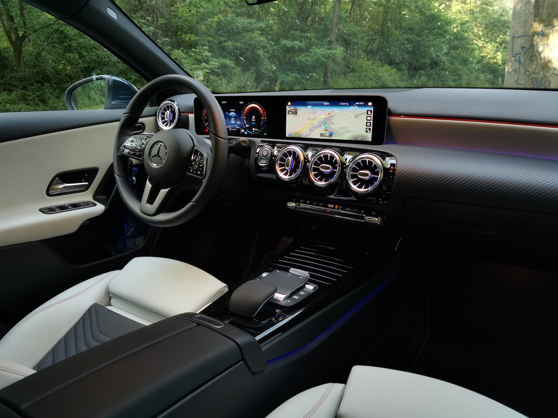 Mercedes-Benz A 250e - interiér
