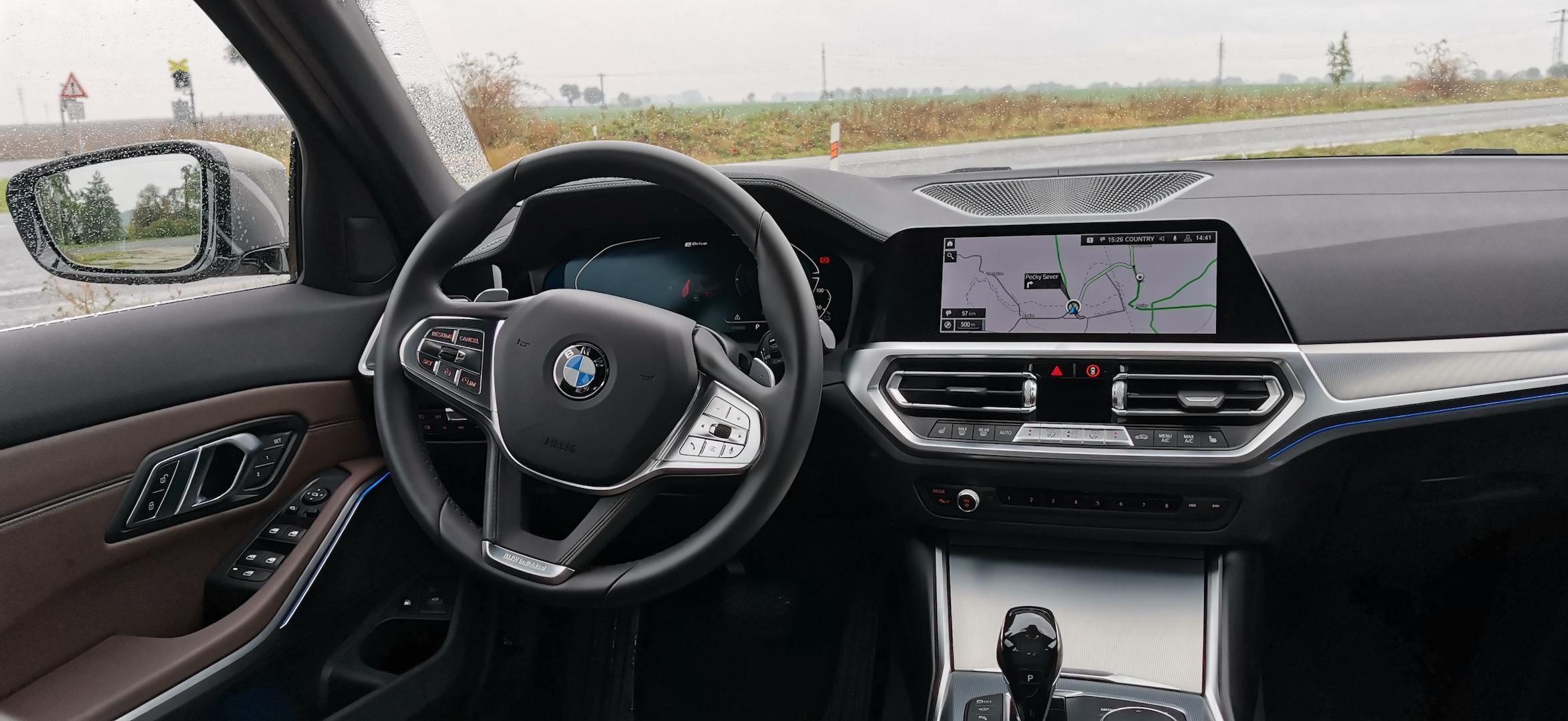 BMW 330e - interiér